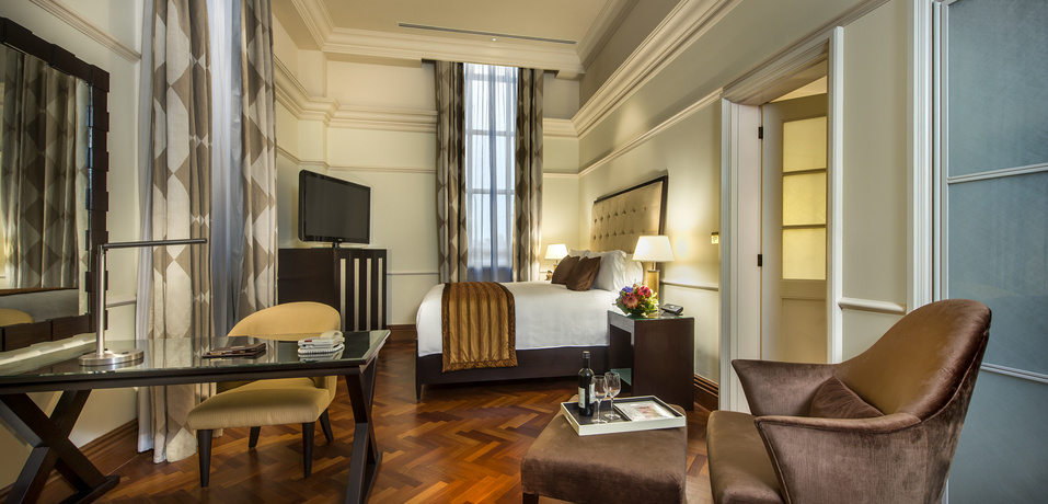 Governor_Suite_Bedroom_-_The_Fullerton_Hotel_Singapore_390d23