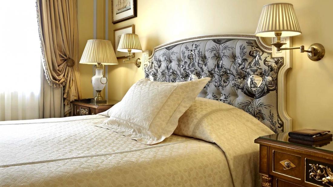 Hotel_Grande_Bretagne_Guest_Room_Deluxe_Bedroom_Detail